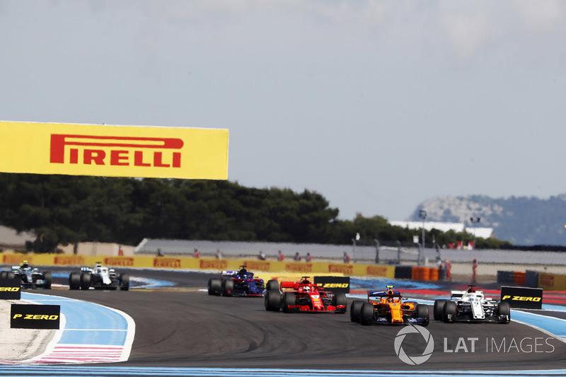 Stoffel Vandoorne, McLaren MCL33, por delante de Marcus Ericsson, Sauber C37, y Sebastian Vettel, Ferrari SF71H