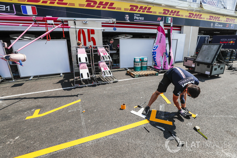Un membro del team Force India team prepara la pit lane