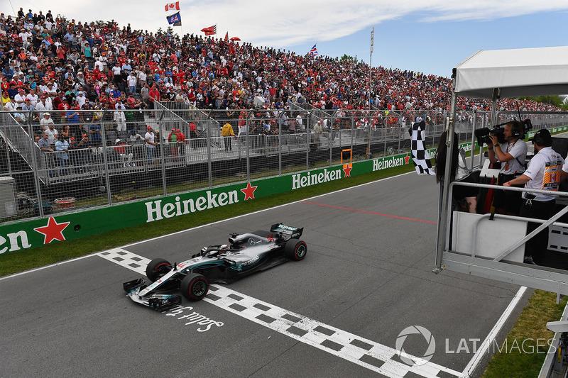Lewis Hamilton, Mercedes-AMG F1 W09 llega a la bandera a cuadros ondeada por Winnnie Harlow