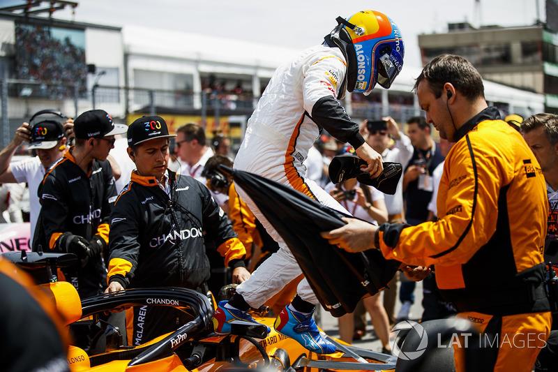 Fernando Alonso, McLaren, esce dalla sua monoposto, in griglia