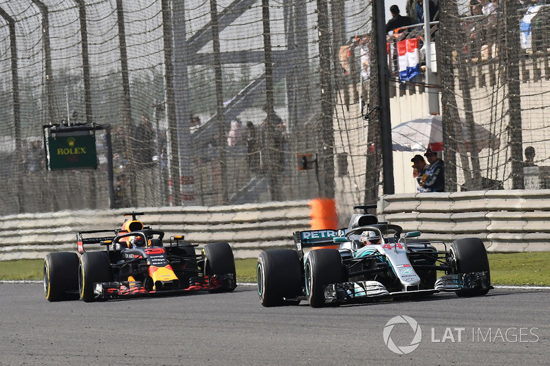 Lewis Hamilton, Mercedes-AMG F1 W09 EQ Power+ en Daniel Ricciardo, Red Bull Racing RB14