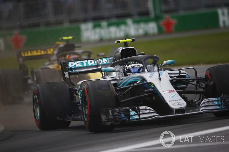 Valtteri Bottas, Mercedes AMG F1 W09, se va largo con Carlos Sainz detrás