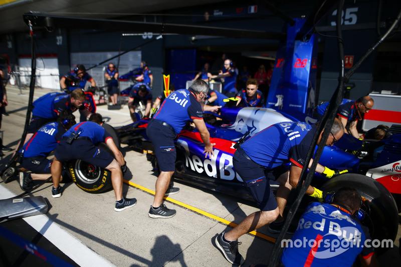 Prove di pit stop con la monoposto di Pierre Gasly Toro Rosso STR13