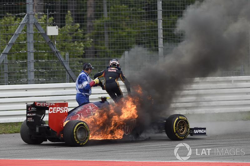 Daniil Kvyat, Toro Rosso STR9 Renault, con fuego en su coche