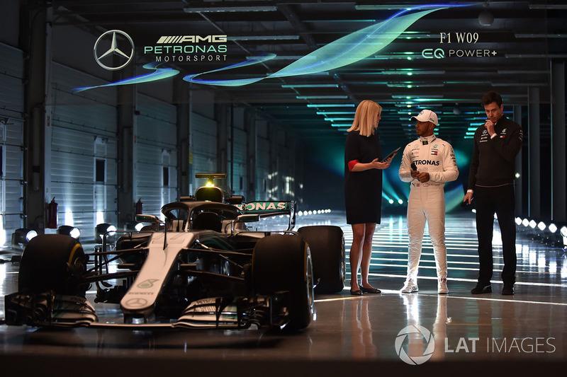 Гонщик Mercedes AMG F1 Льюис Хэмилтон и руководитель команды Тото Вольф