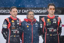 الفائز تييري نوفيل ونيكولاس غيلسول، هيونداي آي20كوبيه دبليو آر سي، هيونداي موتورسبورت وميشيل ناندان، مُدير فريق هيونداي موتورسبورت