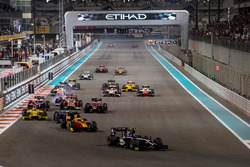 Artem Markelov, RUSSIAN TIME, leads Nyck De Vries, Racing Engineering and the rest of the field at the start of the race
