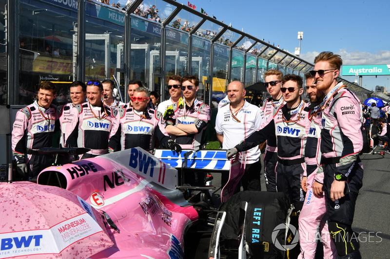 Force India F1 mechanics on the grid
