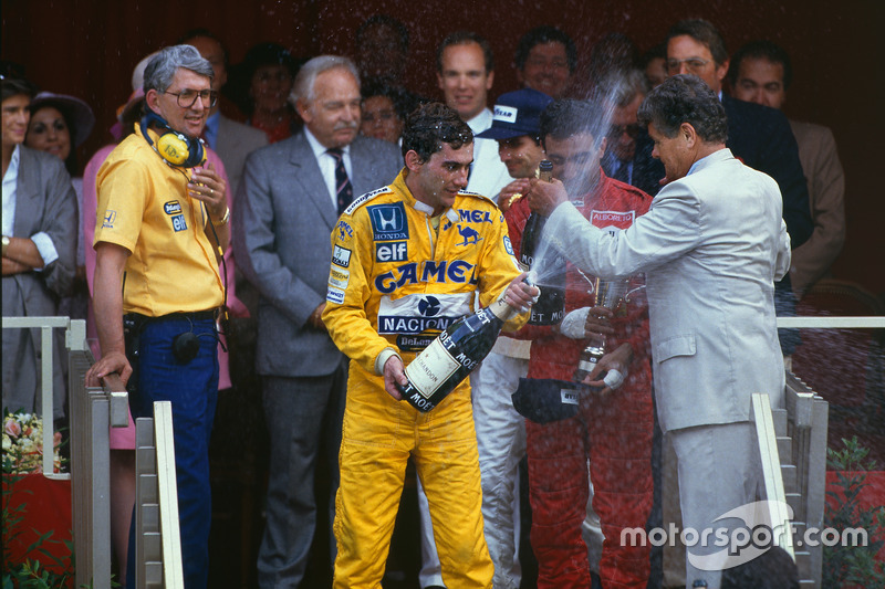 1. Ayrton Senna, Team Lotus, mit Peter Warr, Team Lotus, Teamchef