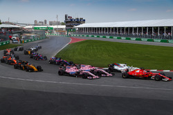 Kimi Raikkonen, Ferrari SF70H y Sergio Pérez, Sahara Force India VJM10 y Esteban Ocon, Sahara Force India VJM10