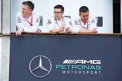 James Allison, Director,técnico Mercedes AMG F1, Peter Bonnington, ingeniero, Mercedes AMG F1, en pits