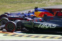 Pascal Wehrlein, Sauber C36-Ferrari, Daniel Ricciardo, Red Bull Racing RB13, Romain Grosjean, Haas F1 Team VF-17, fight three abreast in to the chicane