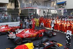 Nico Rosberg, parle au vainqueur Sebastian Vettel, Ferrari et à Daniel Ricciardo, Red Bull Racing RB13 dans le Parc Fermé