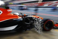 Fernando Alonso, McLaren, sort de son garage avec des capteurs