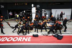 Stoffel Vandoorne, McLaren MCL32, s'arrête au stand