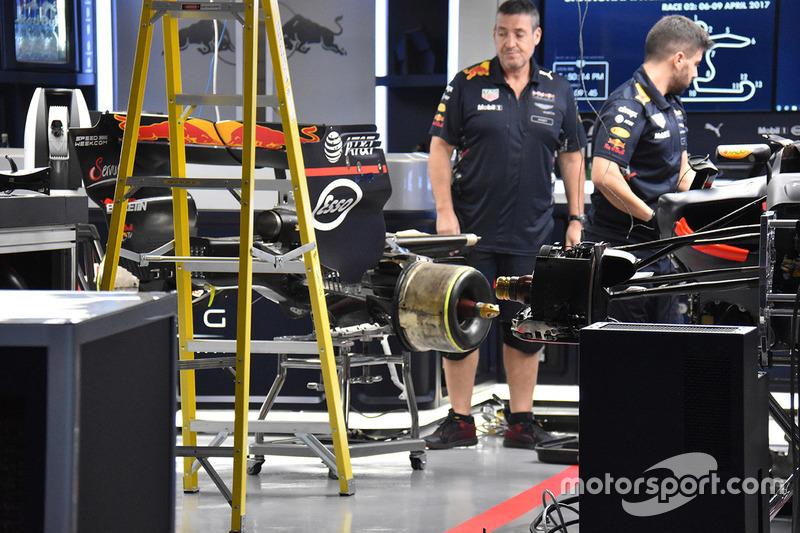 Механики Red Bull работают с машиной Макса Ферстаппена