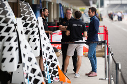 Jérôme d'Ambrosio, Dragon Racing, with other team members in the pits