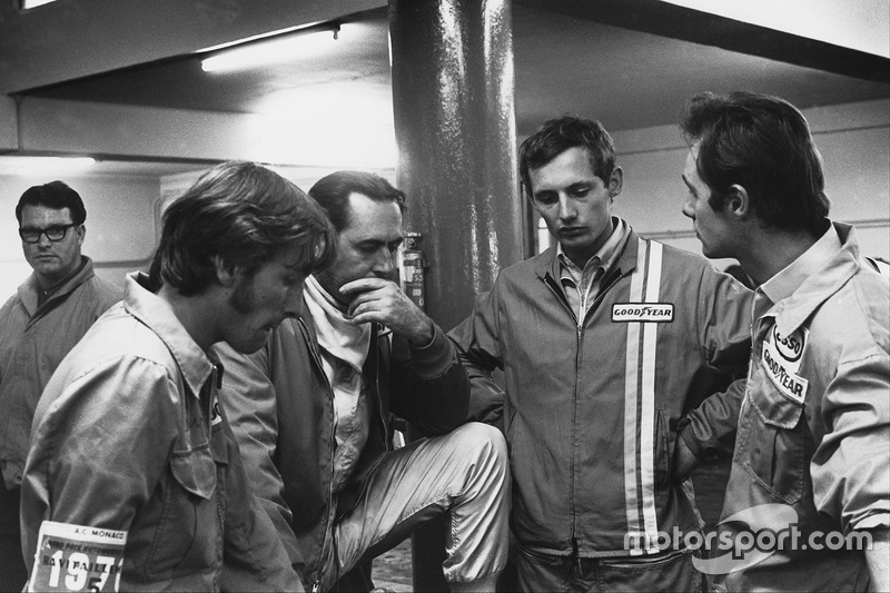Jack Brabham, Brabham BT33 Ford, chats with a young Ron Dennis in the pits