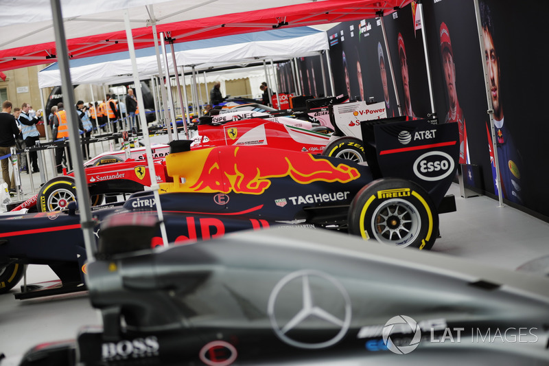 F1 araçları gösteriyi bekliyor: Mercedes, Red Bull Racing, Ferrari, Force India, Williams, McLaren, Scuderia Toro Rosso ve Haas F1 Team