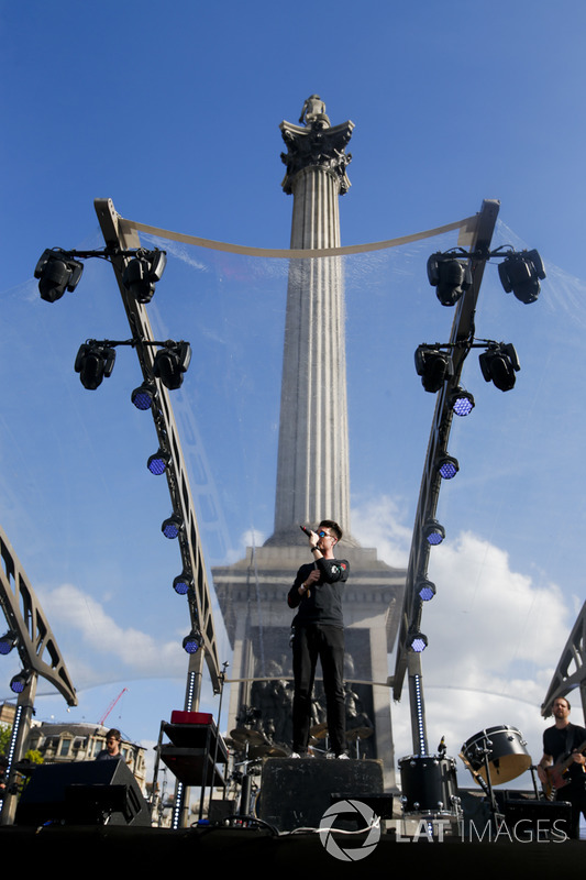 Ден Сміт і гурт Bastille розважають публіку