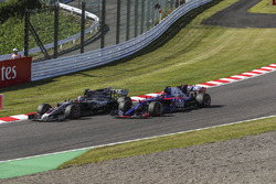 Romain Grosjean, Haas F1 Team VF-17 ve Pierre Gasly, Scuderia Toro Rosso STR12