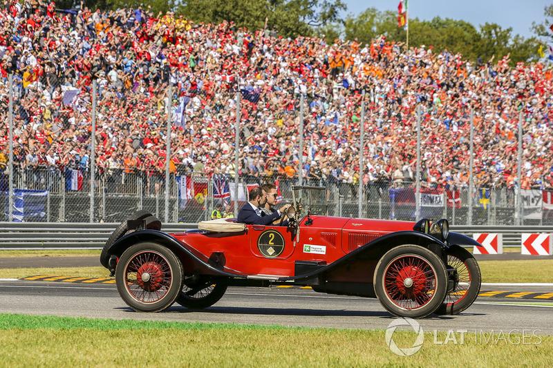 Stoffel Vandoorne pasea por la pista con un coche de época. Su compañero Alonso dijo que fue la mejor vuelta de la carrera...