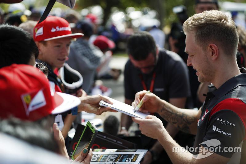 Kevin Magnussen, Haas F1 Team, schreibt Autogramme