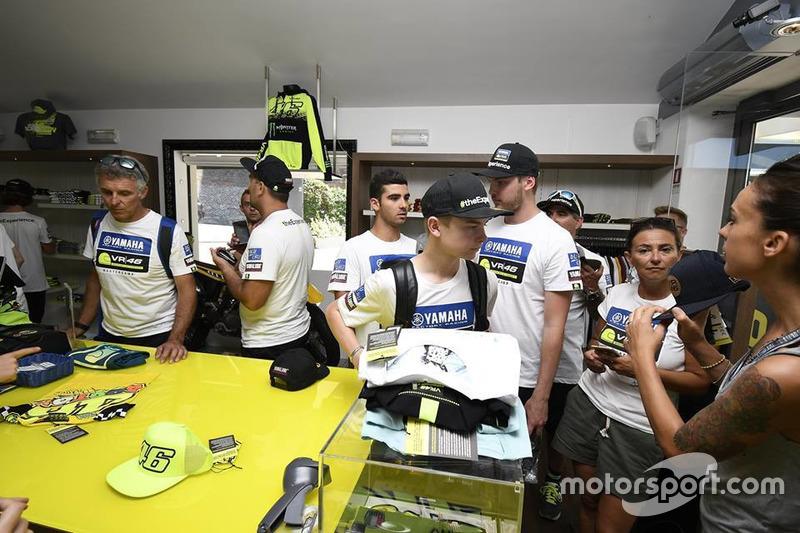 Учасники четвертого Yamaha VR46 Master Camp у магазині VR46