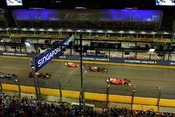 Sebastian Vettel, Ferrari SF70H al comando alla partenza della gara