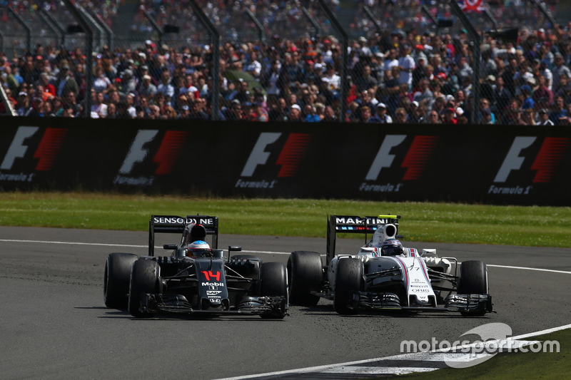 Fernando Alonso, McLaren Honda F1 Team MP4-31 e Valtteri Bottas, Williams Martini Racing FW38
