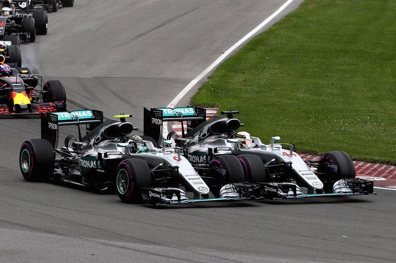 Льюїс Хемілтон, Mercedes AMG F1 W07 Hybrid та Ніко Росберг, Mercedes AMG F1 W07 Hybrid контакт в 1-м