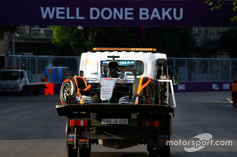 El Mercedes AMG F1 W07 Hybrid de Lewis Hamilton, Mercedes AMG F1 es llevado a su garaje