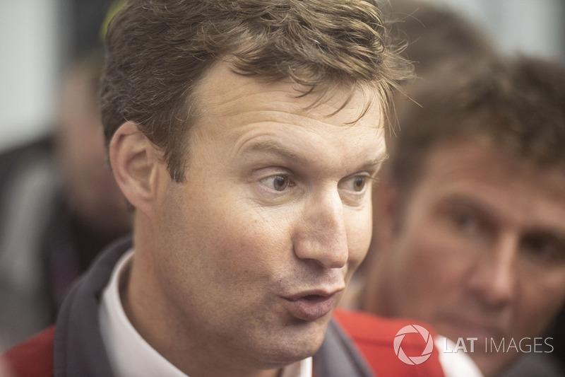 Stuart Pringle, director ejecutivo de Silverstone, dando explicaciones