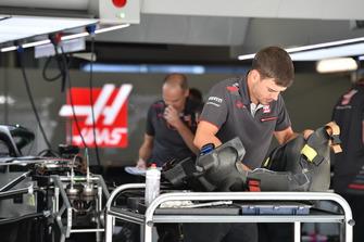 Haas F1 mechanic with Haas F1 Team VF-18 seat