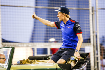 Brendon Hartley, Toro Rosso, waves on the drivers' parade