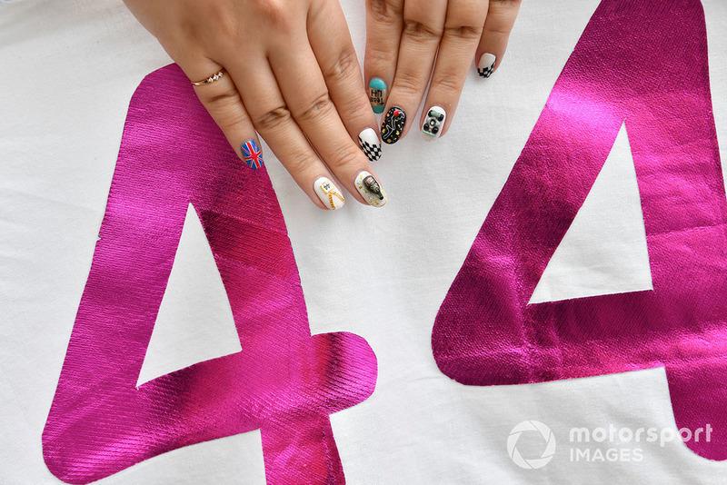Le unghie smaltate di una tifosa di Lewis Hamilton, Mercedes AMG F1