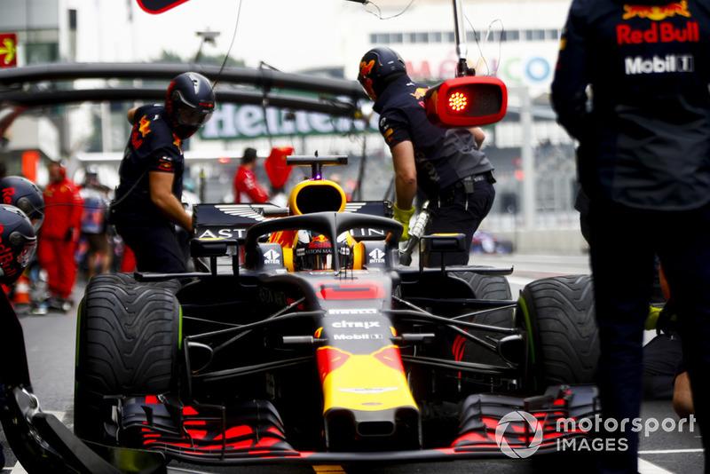 Daniel Ricciardo, Red Bull Racing RB14, dans les stands durant les essais