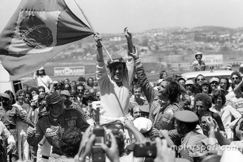 1975. Інтерлагос. Подіум: 1. Карлос Пасе, Brabham Ford Cosworth. 2. Емерсон Фіттіпальді, McLaren Ford Cosworth. 3. Йохен Масс, McLaren Ford Cosworth