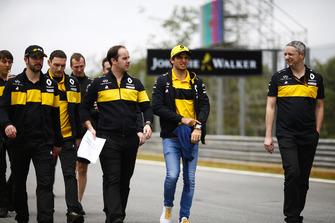 Carlos Sainz Jr., Renault Sport F1 Team, ispeziona il circuito con i colleghi