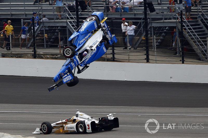 Аварія Скотт Діксона, Chip Ganassi Racing Honda, Еліо Кастроневес, Team Penske Chevrolet проїжджає мимо