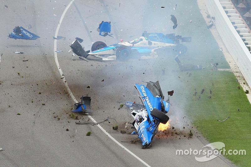 L'accident impliquant Scott Dixon, Chip Ganassi Racing Honda, et Jay Howard, Schmidt Peterson Motorsports Honda