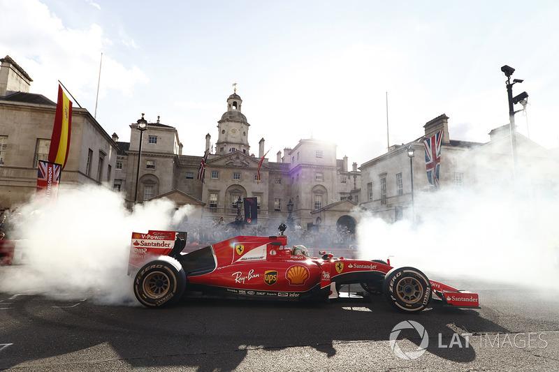 Sebastian Vettel, Ferrari SF70H, donut yapıyor