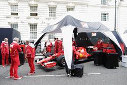 il team Ferrari si prepara per la dimostrazione tra le strade di Londra