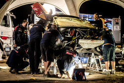 Mechanics working on the car of #106 Peugeot Sport Peugeot 3008 DKR: Stéphane Peterhansel, Jean-Paul Cottret