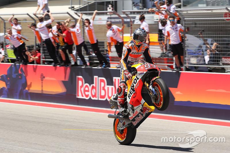 Marc Márquez passe l'arrivée en vainqueur