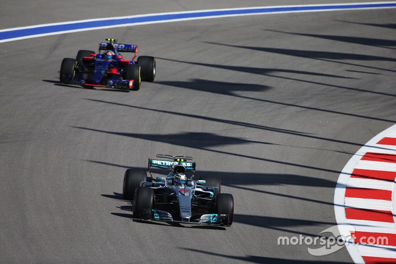 Valtteri Bottas, Mercedes AMG F1 W08, Carlos Sainz Jr., Scuderia Toro Rosso STR12
