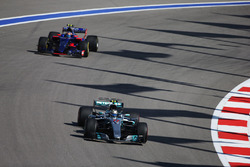 Валттери Боттас, Mercedes AMG F1 W08, и Карлос Сайнс-мл., Scuderia Toro Rosso STR12