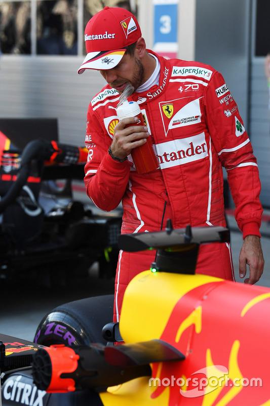 Поул-сіттер Себастьян Феттель, оглядає Red Bull Racing RB13 у закритому парку