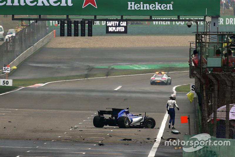 Nach dem Unfall: Antonio Giovinazzi, Sauber C36