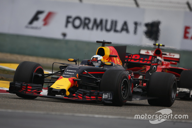 Daniel Ricciardo, Red Bull Racing RB13, leads Kimi Raikkonen, Ferrari SF70H